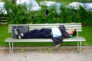 sieste sur un banc